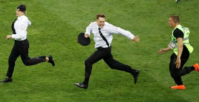 Miembros de la banda Pussy Riot saltan al campo durante la final del Mundial en Moscú