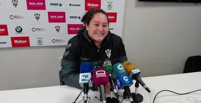 Una española rompe el techo de cristal del fútbol japonés y se convierte en entrenadora de un equipo masculino