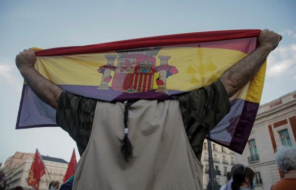 Un hombre con una bandera de la República, durante la manifestación contra la Monarquía, tras la huida de España de Juan Carlos I. REUTERS/Javier Barbancho
