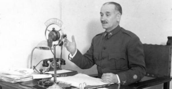 Queipo de Llano lanza uno de sus discursos propagandísticos por la radio.