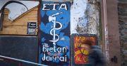 Una personas camina delante de una pintada de ETA en Bermeo, REUTERS/Vincent West