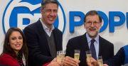 El presidente del Gobierno y del Partido Popular, Mariano Rajoy, acompañado del candidato del PPC a la presidencia de la Generalitat, Xavier García Albiol (c), y la numero dos de la lista de los populares, Andrea Levy (i), durante la inauguración de la Oficina de Atención a los Vecinos del PPC de Badalona (Barcelona). EFE/Quique García