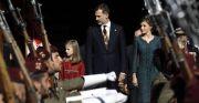Los reyes Felipe VI y Letizia, acompañados por sus hijas la princesa de asturias y la infanta Sofia, presiden desde la escalinata del Congreso el desfile militar.- EFE