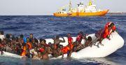 Una barcaza cargada de personas migrantes, a punto de ser rescatada por el barco Aquarius de MSF y SOS Méditerranée.- REUTERS