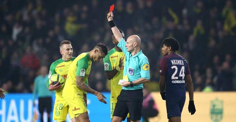 El árbitro del Nantes-PSG suelta una patada a a un jugador y luego le expulsa