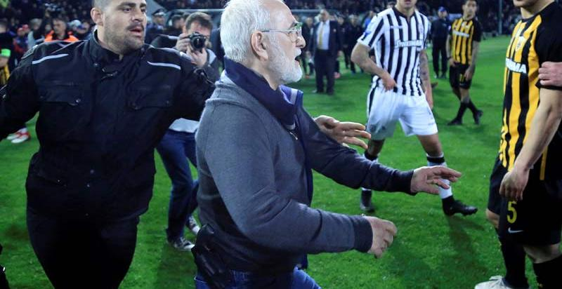 El presidente del PAOK interrumpe un partido con una pistola al cinto