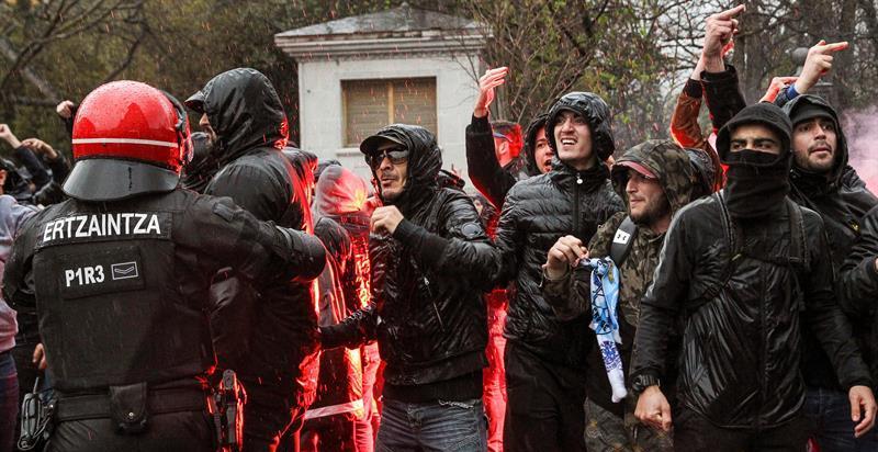 Ultras del Olympique de Marsella hieren en el cuello a un vigilante en San Mamés