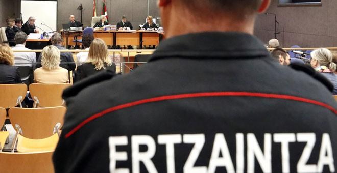 """Un ertzaintza acusado de la muerte de Iñigo Cabacas: """"No éramos conscientes del poder letal de las pelotas de goma&"""